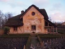 Pokrywający strzechą wieśniaka dom Zdjęcia Royalty Free