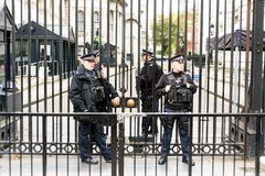 Polícia armada fora de 10 Downing Street Londres Imagem de Stock