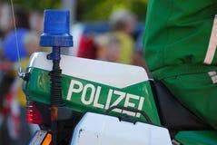 A polícia azul ilumina-se em uma motocicleta imagem de stock