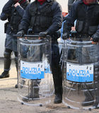 Polícia com protetores e equipamento anti-motim durante o evento na cidade fotografia de stock royalty free
