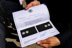 A polícia da patrulha dos inspetores entregou os graus do oficial em Uzhgorod Imagem de Stock