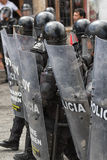 Polícia de motim atrás dos protetores em Equador Imagem de Stock