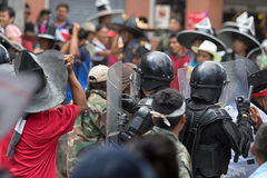 Polícia de motim em Equador que enfrenta a multidão em Inti Raymi Fotografia de Stock Royalty Free