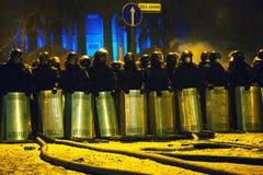 A polícia de motim na rua de Hrushevskogo em Kiev, Ucrânia Imagem de Stock