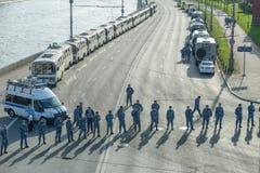 A polícia de motim obstruiu o Kremlin Embankme Fotos de Stock Royalty Free