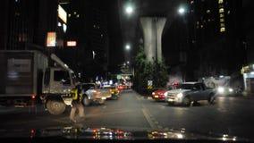 A polícia de trânsito atua como facilitadores na noite, estrada Banguecoque do veículo de Sukhumvit, o 13 de dezembro de 2017 vídeos de arquivo