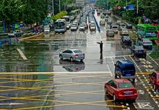 Polícia de trânsito em um dia chuvoso fotos de stock