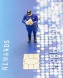 Polícia diminuto no cartão de crédito imagens de stock royalty free