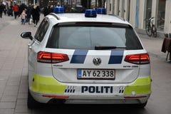 A polícia dinamarquesa patrulha a cidade com automóvel da polícia fotos de stock royalty free