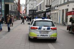 A polícia dinamarquesa patrulha a cidade com automóvel da polícia foto de stock