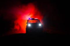 a polícia do Anti-motim dá o sinal estar pronta Conceito do poder do governo Polícia na ação Fumo em um fundo escuro com luzes az Fotografia de Stock