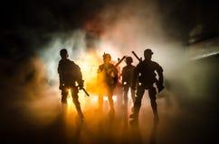 a polícia do Anti-motim dá o sinal estar pronta Conceito do poder do governo Polícia na ação Fumo em um fundo escuro com luzes az imagens de stock royalty free