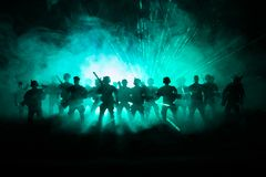 a polícia do Anti-motim dá o sinal estar pronta Conceito do poder do governo Polícia na ação Fumo em um fundo escuro com luzes az imagem de stock royalty free