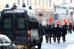 A polícia e o equipamento anti-motim armados acompanharam a procissão dos protestadores Imagem de Stock