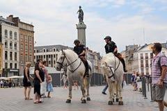 Polícia em cavalos em Lugar du General de Gaulle em Lille, França fotografia de stock