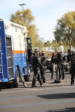 A polícia golpeia Team Preparing para o desmonte suspeito imagens de stock royalty free