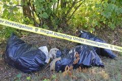 A polícia grava e despejo ilegal do lixo fotos de stock