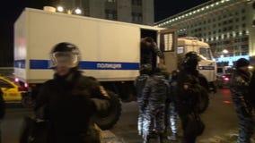 A polícia interfere com o journalista para trabalhar quando dispara na apreensão do líder de oposição video estoque