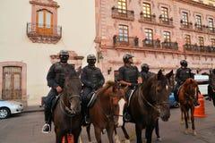 A polícia mexicana no cavalo patrulha no festival Imagens de Stock