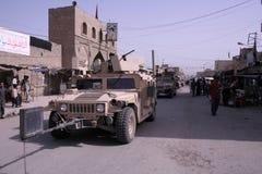 A polícia militar patrulha em Iraque Fotos de Stock