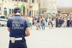 Polícia municipal em Roma, Itália Turistas em etapas espanholas imagem de stock royalty free