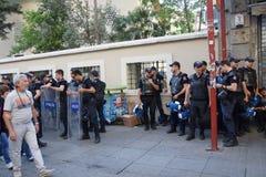 A polícia no equipamento anti-motim espera ordens durante um protesto Fotografia de Stock