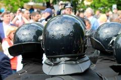 A polícia nos capacetes protege a lei e a ordem na rua Fotografia de Stock