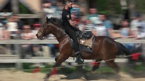 Polícia novo que faz truques no cavalo de galope video estoque