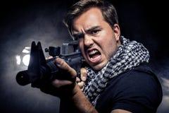 Polícia ou modelo militarizado com arma de Airsoft Foto de Stock Royalty Free