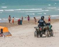 A polícia patrulha na praia Fotos de Stock