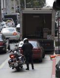 Polícia que dá o bilhete Fotografia de Stock