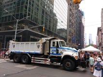 A polícia transporta os povos de proteção em uma feira da rua, NYC, NY, EUA Fotografia de Stock Royalty Free