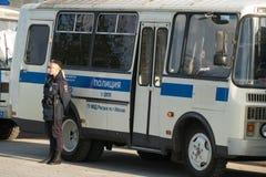 A polícia transportam e o agente da polícia da senhora próximo Fotografia de Stock