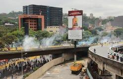 A polícia usou o gás lacrimogêneo e as bolas de borracha em um protesto antigovernamental Caracas Venezuela no maio de 2017 fotografia de stock