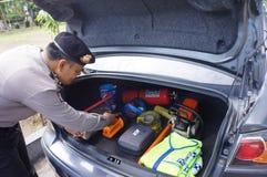 A polícia verifica o equipamento Fotos de Stock