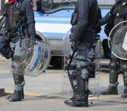 Polícias com protetores e equipamento anti-motim durante o evento desportivo mim Imagem de Stock Royalty Free