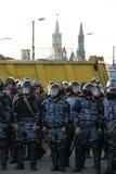 Polícias desconhecidos contra o Kremlin Foto de Stock Royalty Free