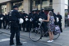 Polícias do motim e uma senhora Fotografia de Stock