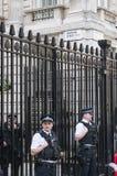 Polícias que equipam as portas de para baixo Fotos de Stock