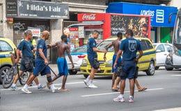 Polícias que fazem a apreensão dos criminosos e que conduzem os para policiar Foto de Stock Royalty Free