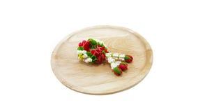Polímero pequeno Clay Garland Of Flowers na bandeja de madeira; parte traseira do branco Foto de Stock Royalty Free