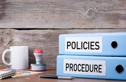 Políticas y procedimiento Dos carpetas en el escritorio en la oficina Busin fotos de archivo libres de regalías