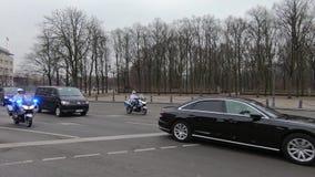 Político armenio In Berlin, Alemania de With Motorcycles Escorting de la escolta policial almacen de video
