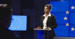Político de sexo femenino de la UE que tiene rueda de prensa foto de archivo libre de regalías