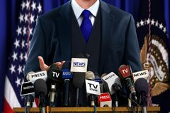 Político en la rueda de prensa Fotos de archivo libres de regalías