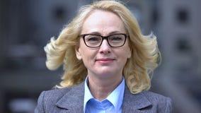 Político fêmea bem sucedido que sorri na câmera, mulher superior na carreira do negócio video estoque