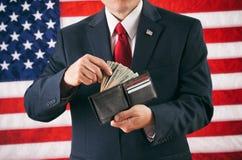 Político: Hombre que hace un retiro de la cartera llena del efectivo Foto de archivo libre de regalías