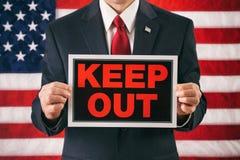 Político: Hombre que soporta una muestra de la custodia hacia fuera como advertencia Imagen de archivo libre de regalías