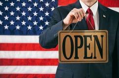 Político: Homem que sustenta o sinal aberto do negócio fotografia de stock royalty free