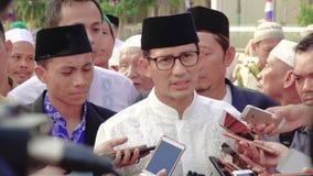 Político indonesio que habla con los periodistas